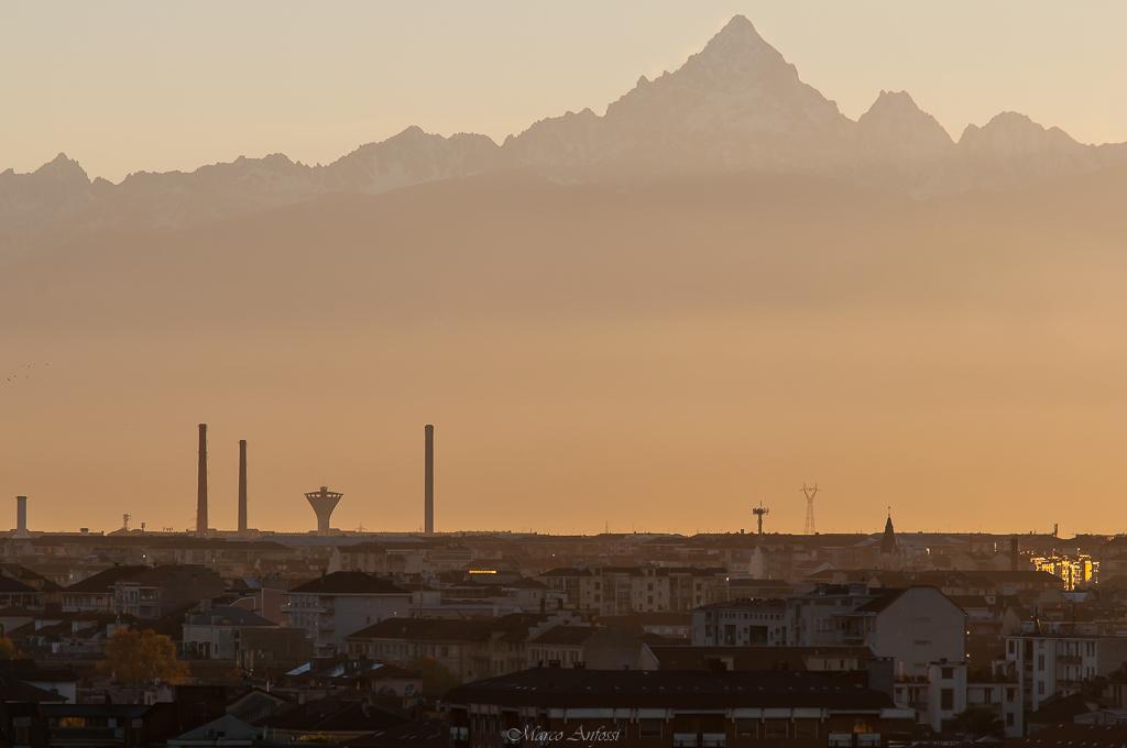 Un bel tramonto su Torino, oggi, con due sue caratteristiche : il Monviso sullo sfondo e le ciminiere della FIAT.... A beautiful sunset over Turin, today, with two of its characteristics: the Monviso mountain in the background and the chimneys of FIAT.