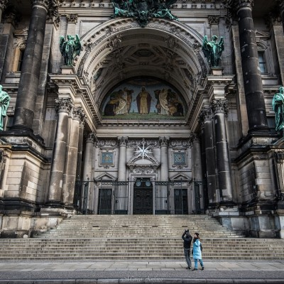 Turisti incuriositi dall'imponenza del duomo di Berlino, il suo interno è il luogo di sepoltura della famiglia reale prussiana degli Hohenzollern... Tourists intrigued by the imposing Dome of Berlin, its interior is the burial place of the Prussian royal family of Hohenzollern