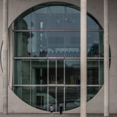 Corsetta mattutina di fronte alla sede della biblioteca del Parlamento Tedesco, quì l'architettura moderna ha avuto libero sfogo... Morning jog in front of the headquarters of the library of the German Parliament, here modern architecture has had free rein.