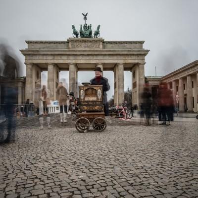 Porta di Brandeburgo, Berlino, Germania. Un buffo incontro in uno dei luoghi più famosi del mondo! Da elemento divisorio della città a simbolo della riunificazione, la porta di Brandeburgo è l'unica ancora presente delle porte che un tempo consentivano l'ingresso a Berlino. Bello vedere come le persone si divertano a oltrepassare più volte la porta da un lato all'altro, un semplice gesto che fino a pochi anni fa era impossibile... Brandenburg Gate , Berlin, Deutchland. A funny encounter in one of the most famous places in the world! From dividing element of the city to a symbol of reunification, the Brandenburg Gate is the only one still present of the doors that once allowed the entrance to Berlin.Nice to see how people have fun to pass the door several times from side to side, a simple gesture that until a few years ago it was impossible.
